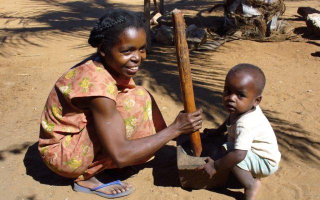 Préparation du plat familial traditionnel à Madagascar @Gret