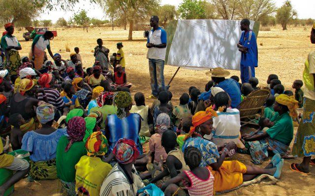 Sensibilisation de groupe au Burkina Faso ©Gret