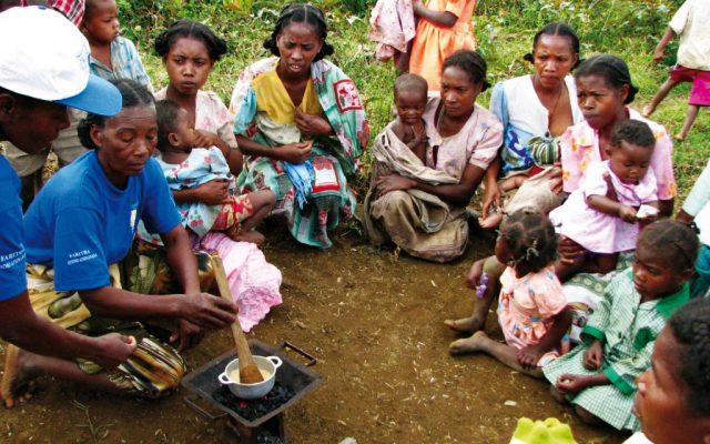 Démonstration de préparation de la bouillie à Madagascar ©Gret
