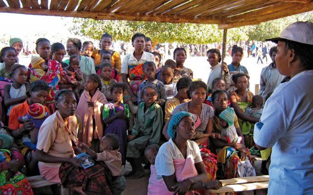 Animation de masse sur un marché dans l'Androy à Madagascar ©Gret