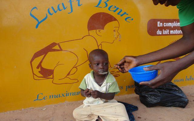 Repas Laafi Beere dans les quartiers non lotis de Ouagadoudou. © Gret.