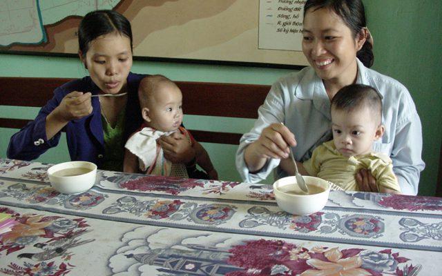 Dégustation de farine infantile  au Vietnam, ©Gret